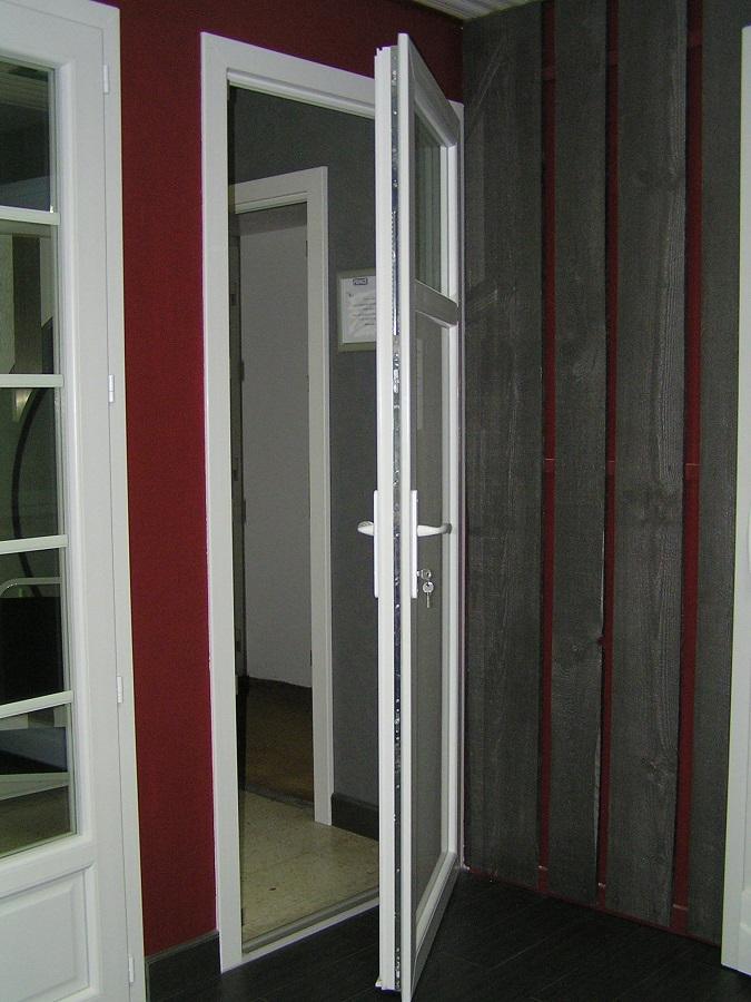 Porte fenêtre serrure (ici porte de service) ouverte